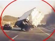 """Clip: Tình huống lái xe container """"BÁ ĐẠO"""" nhất thế giới"""