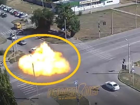 Clip: Ô tô phát nổ sau pha đấu đầu kinh hoàng tại ngã tư