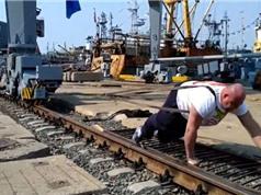 CLIP: Lực sĩ Nga dùng vai di chuyển cần cẩu 312 tấn