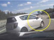 Clip: Xe Chevrolet Spark bị tông vì chuyển làn đường kiểu cắt mặt