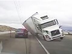 Clip: Xe container bị lật, đè bẹp ôtô cảnh sát