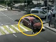 Clip: Bị ô tô đâm lộn nhào, người đàn ông thoát chết khó tin