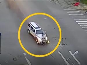 Clip: Vượt đèn đỏ, ô tô đâm trúng người chạy môtô