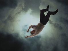 Mất bao lâu để con người rơi xuyên qua tâm Trái Đất?
