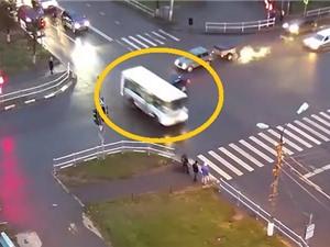 Clip: Vượt đèn đỏ, xe buýt gây tai nạn kinh hoàng