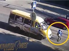 Clip: Bị ô tô đâm, người phụ nữ tử vong khi dắt con qua đường