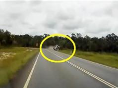Clip: Xe container mất lái, lật nhào kinh hoàng