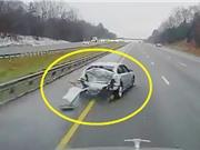 Clip: Ôtô bị xe tải tông nát phần đuôi
