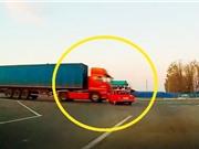 Clip: Ô tô bị xe container tông, kéo lê hàng chục mét