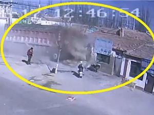Clip: Xe tải mất lái, tông nát dãy nhà ven đường