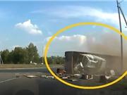 Clip: Ôm cua gấp, xe tải lật ngay vòng xuyến