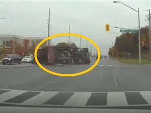Clip: Quên hạ thùng, xe tải vướng dây điện lật nhào giữa ngã tư