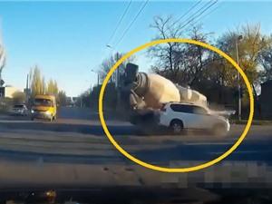 CLIP HOT NHẤT TRONG NGÀY: Xe trộn bê tông gây tai nạn nghiêm trọng, trăn nuốt chửng mèo