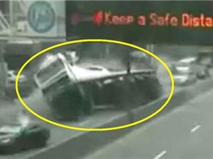 Clip: Rùng rợn cảnh xe tải bị lật trên đường cao tốc