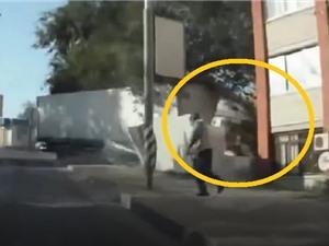 Clip: Ôm cua gấp, chiếc xe tải đâm vào tòa nhà