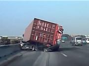Clip: Rùng rợn cảnh xe container đè bẹp 2 ôtô