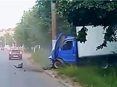 Clip: Va chạm với ôtô, xe tải tông vào cột điện