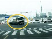 Clip: Xe ben gây tai nạn, thanh niên đi bộ may mắn thoát chết