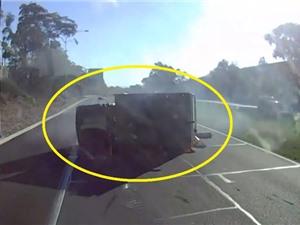 Clip: Va vào lan can, xe tải bị lật trên đường