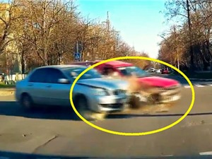 Clip: Xe hơi tông nhau nát đầu ở ngã tư