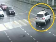 Clip: Xe hơi tông người đi bộ qua đường