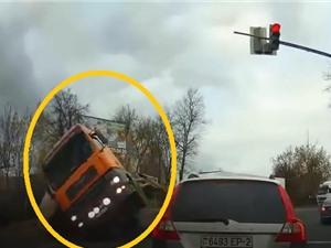 Clip: Kinh hoàng cảnh xe tải chở hàng lật giữa ngã tư