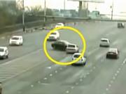 Clip: Mất phanh, xe hơi gây tai nạn kinh hoàng