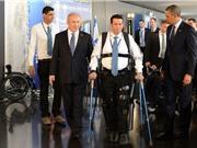 Clip: Robot giúp người liệt hai chân có thể tự bước lên cầu thang