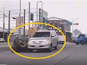 Clip: Sau va chạm, người đàn ông bị ô tô cán ngang người