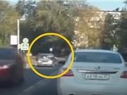 Clip: Qua đường bất cẩn, người phụ nữ bị ô tô đâm