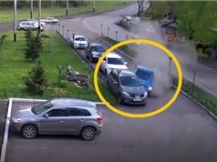 Clip: Mất lái, xe hơi gây tai nạn kinh hoàng