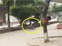 Clip: Phóng xe lên vỉa hè trốn chốt 141, thanh niên ngã sấp mặt