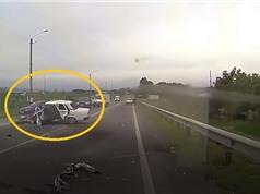 Clip: Phóng nhanh vượt ẩu, xe hơi tông nhau nát đầu