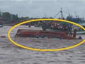 Clip: Chở quá số người quy định, tàu lật giữa biển Gành Hào