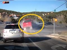 Clip: Xe ben gây tai nạn, kéo theo ô tô xuống vực