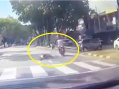 Clip: Tông cô gái bất tỉnh, nam thanh niên phóng xe máy bỏ chạy