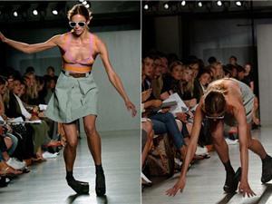"""Clip: Những pha """"vồ ếch"""" siêu hài hước của người mẫu trên sàn catwalk"""