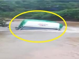 Clip: Nước ngập gần lút đầu, xe tải vẫn chạy bon bon