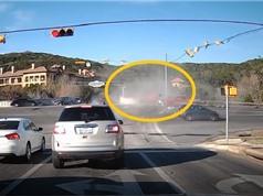 Ôtô bị xe ben kéo xuống vực, xe khách ép nhau kinh hoàng