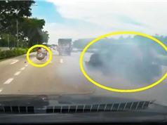 Clip: Tông vào xe tải, ôtô rơi bánh trên đường