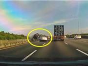 CLIP HOT NHẤT TRONG NGÀY: Hổ vồ người đi xe máy, ôtô gây tai nạn kinh hoàng