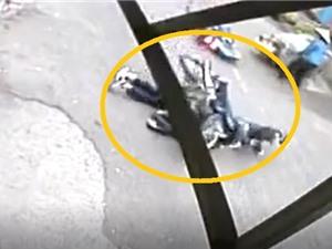 Clip: Thanh niên ngã xuống đường bị xe máy cán ngang người