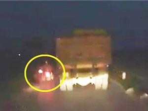 Clip: Vượt xe tải, người đàn ông may mắn thoát chết thần kỳ