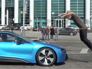 Clip: Màn nhào lộn qua xe BMW đang chạy với vận tốc gần 100 km/h
