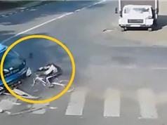 Clip: Xe tải đâm ô tô, lộn qua đầu xe đạp tại ngã tư