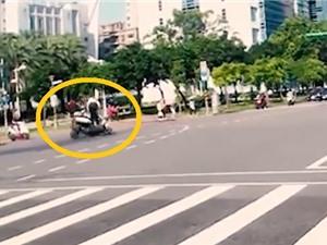 Clip: Vượt đèn đỏ, hai xe máy tông nhau nát bét