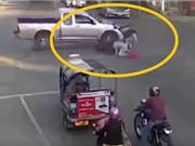 Clip: Ôm cua bất cẩn, xe máy bị xe bán tải tông, kéo lê giữa ngã tư