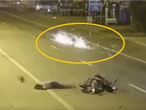 Clip: Rùng mình cảnh hai xe máy tông nhau tóe lửa trong đêm