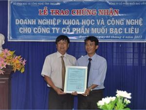 Bạc Liêu trao Giấy chứng nhận doanh nghiệp KH&CN cho Công ty cổ phần Muối Bạc Liêu