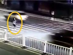 Clip: Người phụ nữ tử vong khi bị ô tô tông văng vào rào chắn đường